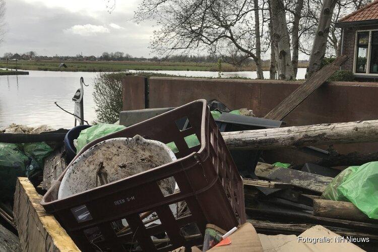 """Vrijwilligers halen containers vol plastic uit Wormers natuurgebied: """"Bloedhekel aan rotzooi"""""""