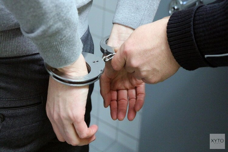 Bromfietser (20) met 'vuurwapen' en boksbeugel aangehouden in Wormer