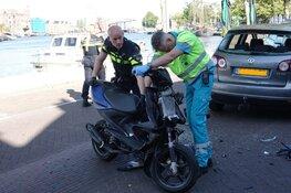 Scooterrijder achterop auto gereden