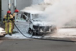 Bestelbus in brand in Wormer