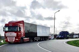 Ravage bij aanrijding Wormer: bestelbus tegen onderkant vrachtwagen