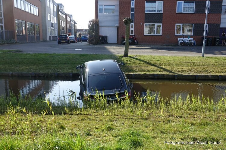 Auto niet op de handrem, en belandt in sloot