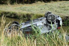 Automobilist crasht in de sloot, getuigen schieten te hulp